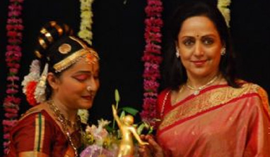 Bal Thackeray`s death: Hema Malini postpones Jaya Smriti