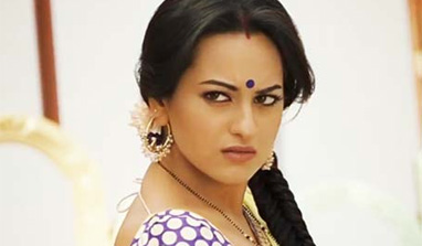 Sonakshi Sinha tries Kathakali during `Dabangg 2` shoot