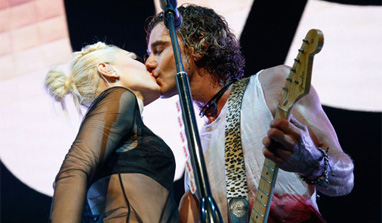 Gwen Stefani and Gavin Rossdale lock lips on stage