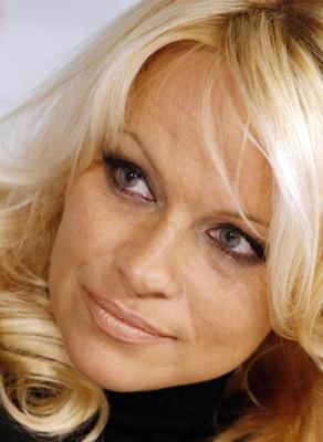 Pamela Anderson chops off blonde locks, gets pixie cut