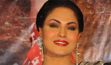 Veena Malik to lock lips a hundred times on her birthday!